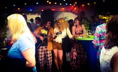 Back to the 70's - seventies nightfever - jaren 70 themafeest met livemuziek & dj - inclusief volkswagenbusje t1 dj-booth