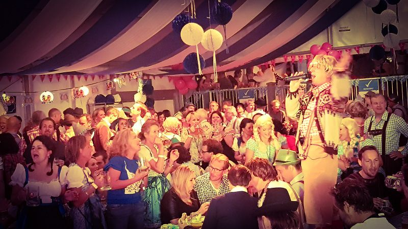 Oktoberfest met live muziek, zanger/gitarist, dj & entertainment - Bedrijfsfeest, personeelsfeest, vrijwilligersfeestavond, jubileum bij de brandweer of een ander feest? Alles is mogelijk met dit gezellige bierfeest in oktoberfest stijl