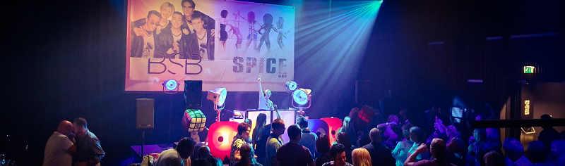 Nineties Night - Back to the 80's & 90's feestavond - Feest met livemuziek met zanger, gitarist en entertainer, dj, decoratie - zeer geschikt voor dorpshuizen, bedrijfsfeesten, theaters, cruiseschepen, verjaardagen of gewoon feest