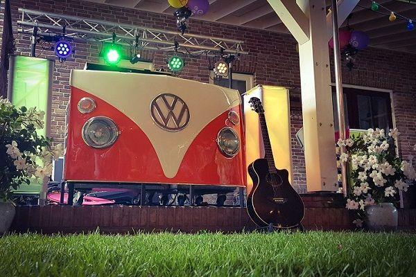 Live Muziek & DJ - met zanger/gitarist Stephan Barneveld - Kies jullie eigen uitstraling met deze prachtige volkswagen T1 dj-booth - Feest op het strand, op de boot, in een kasteel of ergens anders, alles is mogelijk! Bruiloft, trouwfeest, bedrijfsfeest, themafeest, borrel, vrijmibo, of kerst - kies je eigen uitstraling met deze retro dj booth