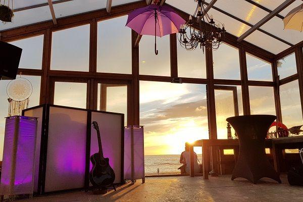 Live Muziek & DJ - met zanger/gitarist Stephan Barneveld - Kies jullie eigen uitstraling met deze prachtige led dj-booth - Feest op het strand, op de boot, in een kasteel of ergens anders, alles is mogelijk