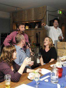 Stephan Barneveld - Zanger, gitarist en entertainer voor al uw feesten - bedrijfsfeest, bruiloftsfeest, trouwen, dorpsfeest of gewoon feest - livemuziek & dj - themafeesten met livemuziek, dj en decoratie - feest op maat voor een vaste prijs
