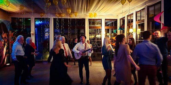 Stephan Barneveld - Zanger, gitarist & entertainer - Livemuziek & dj in Nederland of buitenland - Muziek en entertainment op cruiseschepen, boten, jachten, schepen of op een andere feestlocatie zoals een kasteel, tijdens een festival of event, bedrijfsfeest, personeelsfeest of een andere gelegenheid - Nederland of buitenland, alles is mogelijk