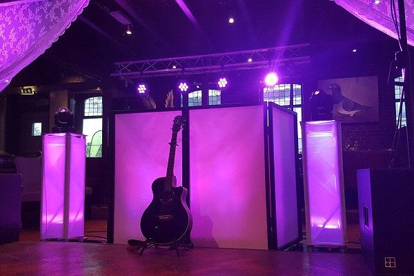 Live Muziek & DJ - met zanger/gitarist Stephan Barneveld - Kies jullie eigen uitstraling met deze prachtige LED dj-booth - Feest op het strand, op de boot, in een kasteel of ergens anders, alles is mogelijk! Bruiloft, trouwfeest, bedrijfsfeest, themafeest, borrel, vrijmibo, of kerst - kies je eigen uitstraling - vintage of retro dj booth of juist modern, alles kan