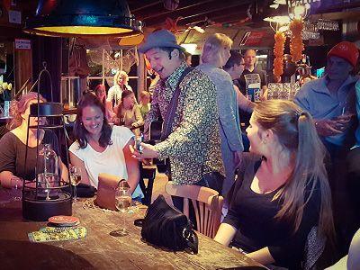 Pubquiz met LIvemuziek, dj, entertainment en natuurlijk een hilarische quiz! Unieke quiznight voor een onvergetelijk feest met zanger/gitarist en entertainer Stephan Barneveld