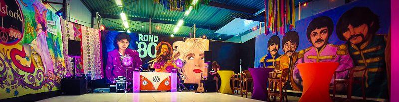 Back to The 60's 70's 80's 90's en 00's tijdens dit deze Timemachine - MMexicaanse Party tijdens jullie Beach Party - Feest voor jong en oud - Feest met livemuziek met zanger, gitarist en entertainer, dj, decoratie - zeer geschikt voor dorpsfeesten, tentfeesten, bedrijfsfeesten, theaters, cruiseschepen, verjaardagen of gewoon feest