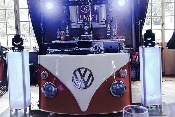 Live Muziek & DJ - met zanger/gitarist Stephan Barneveld - Kies jullie eigen uitstraling met deze prachtige volkswagen T1 dj-booth - Feest op het strand, op de boot, in een kasteel of ergens anders, alles is mogelijk! Bruiloft, trouwfeest, bedrijfsfeest, themafeest, borrel, vrijmibo, of kerst - kies je eigen uitstraling - vintage dj booth