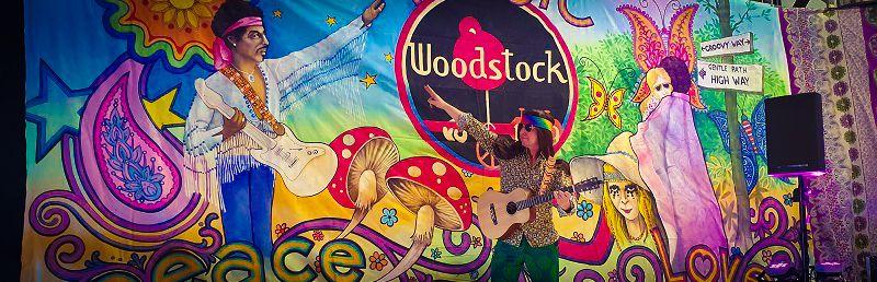 Back to The 60's 70's met dit Woodstock Themafeest - Flower Power, Hippie disco time - Feest voor jong en oud - Feest met livemuziek met zanger, gitarist en entertainer, dj, decoratie - zeer geschikt voor dorpsfeesten, tentfeesten, bedrijfsfeesten, theaters, cruiseschepen, verjaardagen of gewoon feest